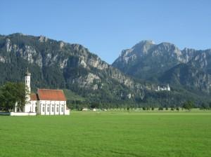②ノイシュヴァンシュタイン城と麓の教会