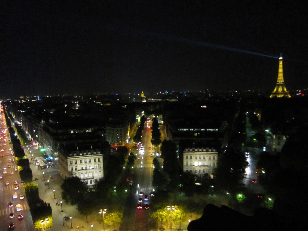 凱旋門から見える夜のシャンゼリゼ通り⑨