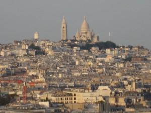 1-4エッフェル塔から見たモンマルトルの丘とパリの街