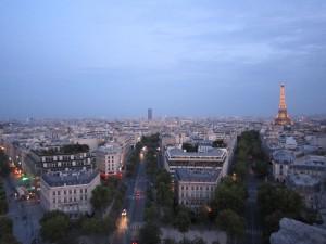 1-8凱旋門から見た夕刻のパリの街